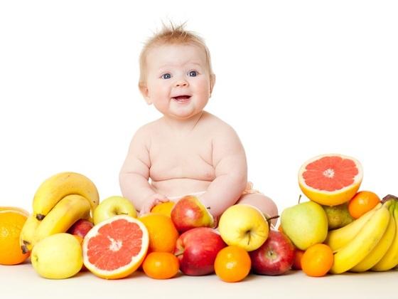 bebe-com-frutas-a-sua