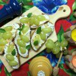 Bruschetta de queijo de cabra e uva