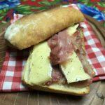 Sanduíche de brie e parma