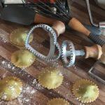 Confraria: ravioli de espinafre com ricota ao molho de manteiga e sálvia