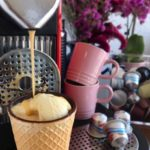 Café na casquinha com sorvete: affogato