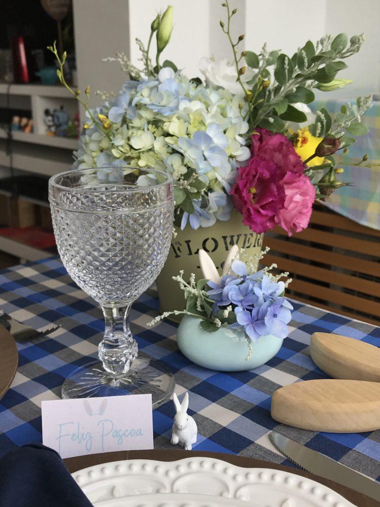 Uma mesa em casa para a Páscoa - detalhes e flores
