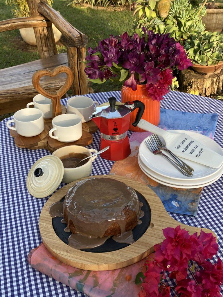 Mesa posta de café com bolo de chocolate