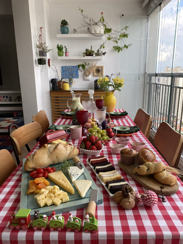 Um brunch na varanda do apartamento
