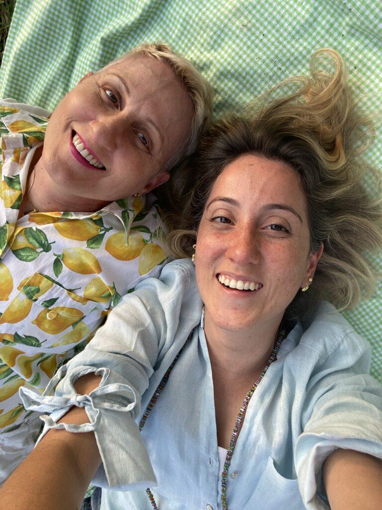 eu e mami na toalha no por do sol