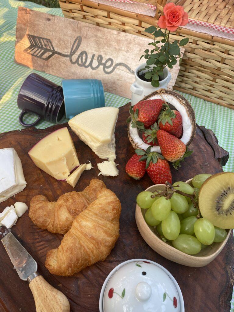 tabua de queijos e frutas